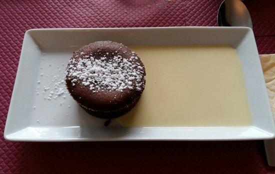 Montluçon, France : Moelleux au chocolat.