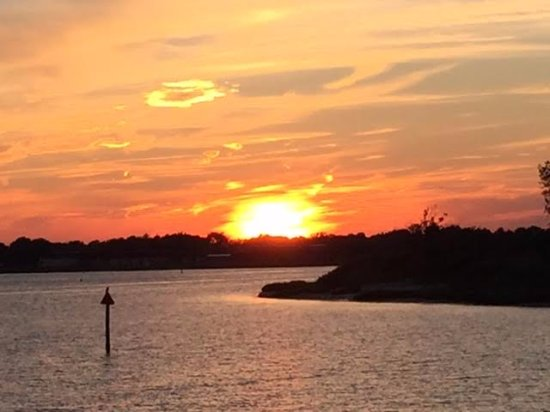 Freeport, NY: Picture taken aboard one of the Captain Lou Summer Sunset Cruises