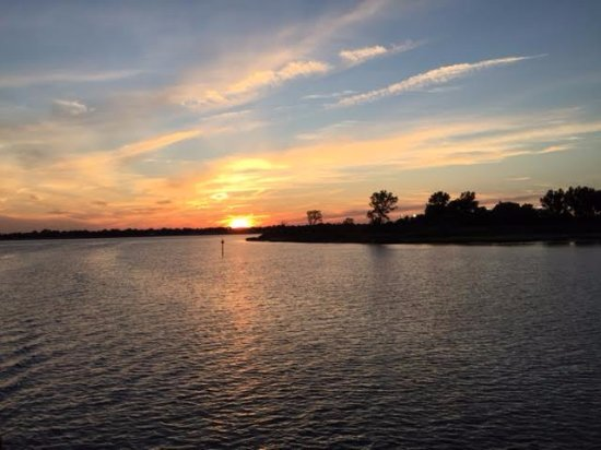 Freeport, NY: Picture taken aboard one of the Capt Lou Summer Sunset Cruises