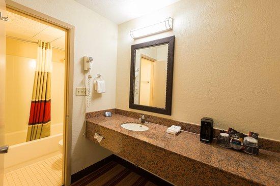 Bloomington, IL: Superior King Bathroom