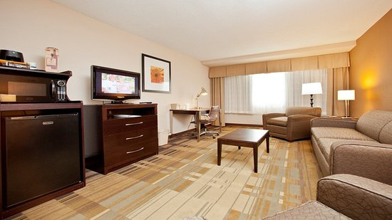 Holiday Inn Greensboro Airport: Suites offer a separate bedroom with living area and sleeper sofa