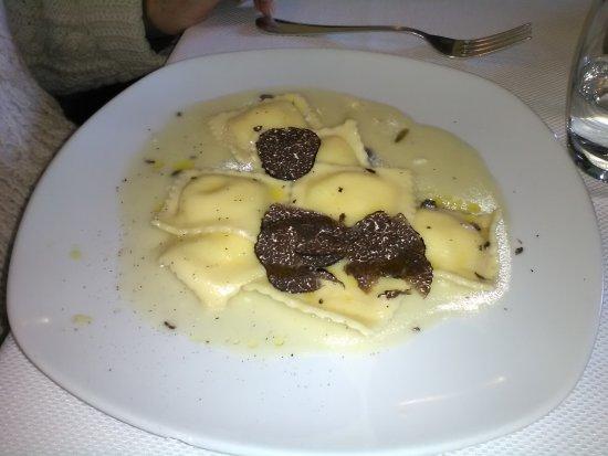 Sperone, Italy: Ravioli ripieni di ricotta con tartufo