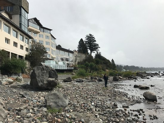 Hotel Huemul: Shoreline of lake in front of hotel.
