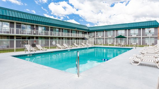 DeKalb, IL: Outdoor Pool