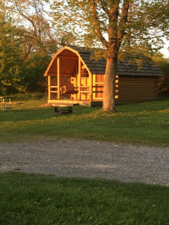 Richfield Springs, NY: Cozy camping cabin w/electric. Dbl. bed & set of bunks. Fire ring with grate and picnic table.
