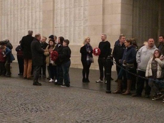Ieper (Ypres), Belgium: Toeschouwers met Poppy kransen.