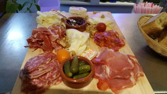 Sommieres, ฝรั่งเศส: planche mixte charcuterie / fromages