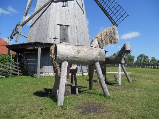 Saaremaa, Estland: Puuhevoset tuulimyllyn edustalla.