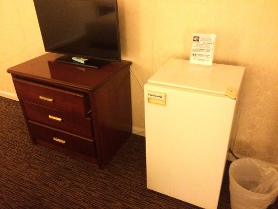 JJ Grand Hotel: Room has a fridge!
