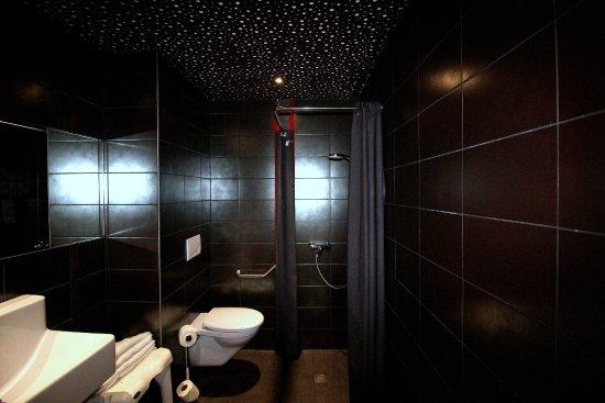 Salle de bain moderne avec douche à l\'italienne - Photo de ...