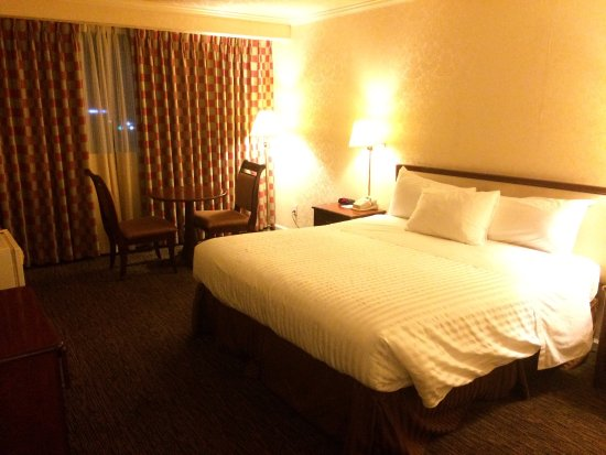 JJ Grand Hotel: The bed is big and comfy for a great nights sleep.