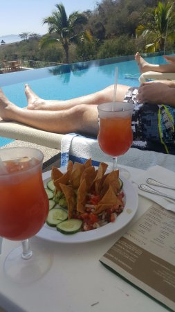 La Cruz de Huanacaxtle, México: Nachos by the Pool