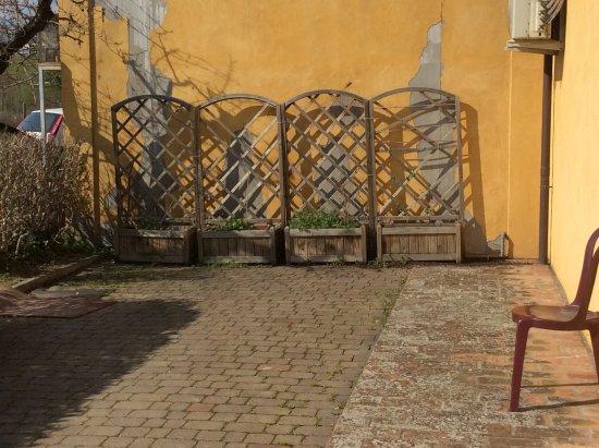 Fiumana, Italie : Questo è una parte dell'esterno del locale