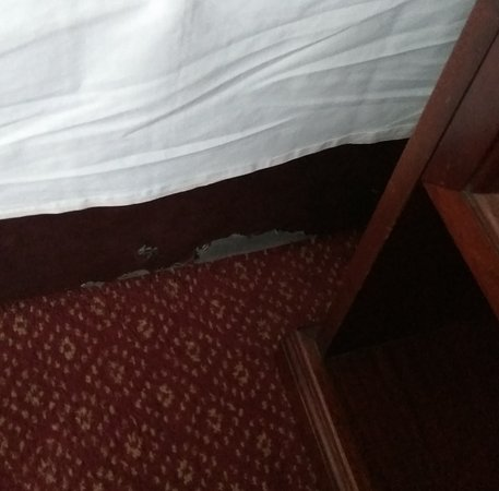 Dooley's Hotel Waterford : Old and worn out bed :(