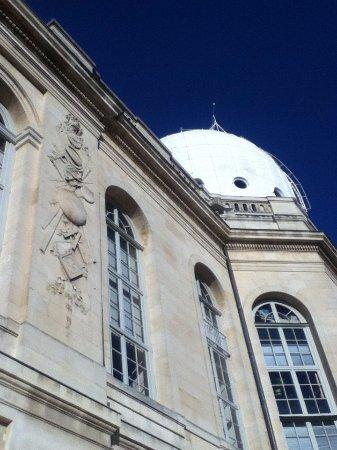 Paris Observatory: Façade de devant avec son entrée principale, vue sur la coupole.
