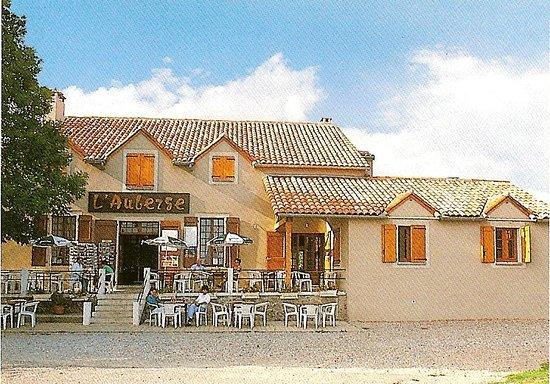 Peyreleau, Fransa: terrasse de l'établissement avec parking