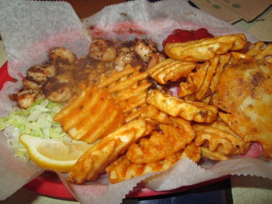 Charleston, Virginia Occidentale: Blackened Grilled Shrimp and waffle fries.