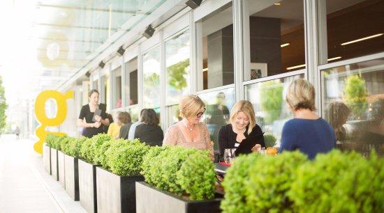 Fairmont Pacific Rim: giovane cafe + eatery + market terrace