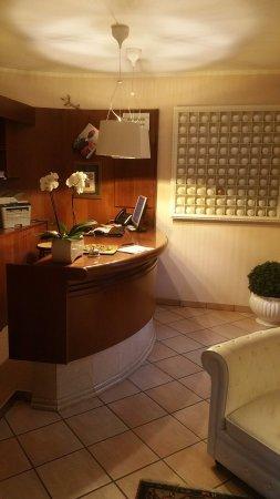 Aviano, Italia: The front desk.