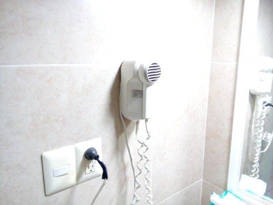 Maria del Carmen Hotel: No hay donde poner los cepillos de dientes o colgar prendas húmedas una vez que se uso la alberc