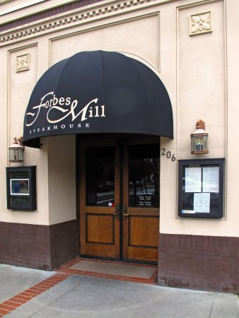 Los Gatos, Californien: Forbes Mill Steakhouse - Exterior entrance
