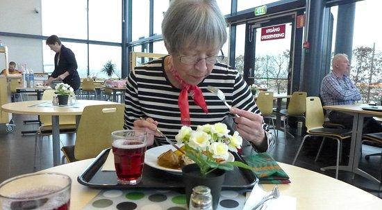 Burlov, Suécia: Normal lunchtid så är det fullpackat med gäster men kom lite senare istället.