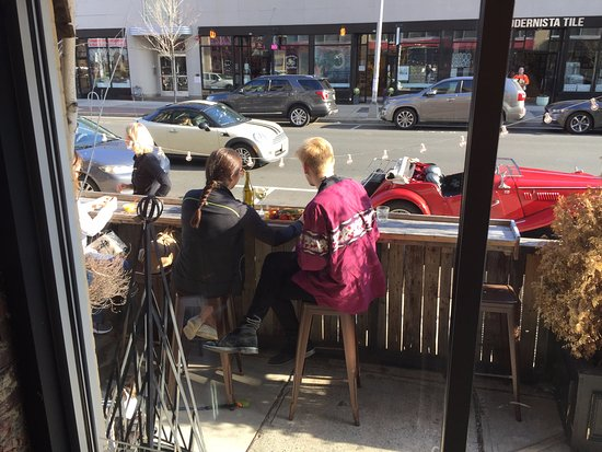 Asbury Park, Nueva Jersey: Kyle Graef and Emily Greenheim enjoying a snack and people watching at Lola's Cafe