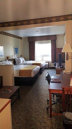 Comfort Suites Canal Park: large room