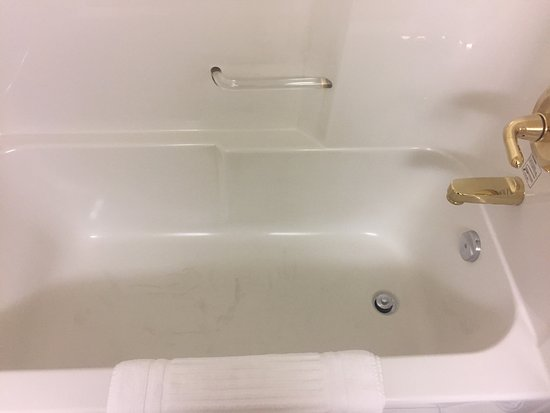 Lethbridge, Canada: Note the dark marks in the tub and the brass fixtures