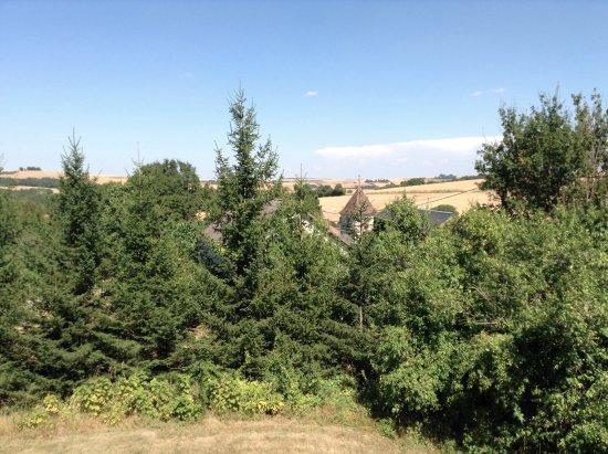 Le Relais de Fontenailles : Vue depuis la chambre avec au loin le clocher de l'église