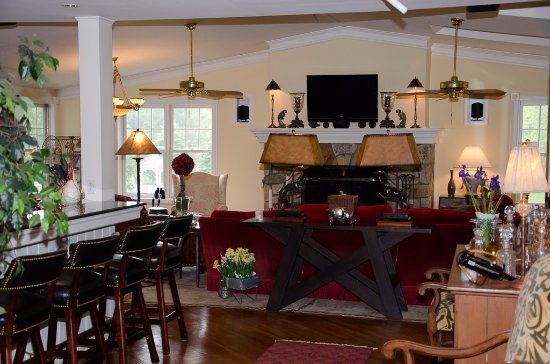 Quechee, VT: Guests love to gather in our beautifully decorated family room
