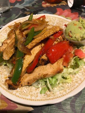 Burton, Μίσιγκαν: Chicken fajita salad, minus cheese and sour cream