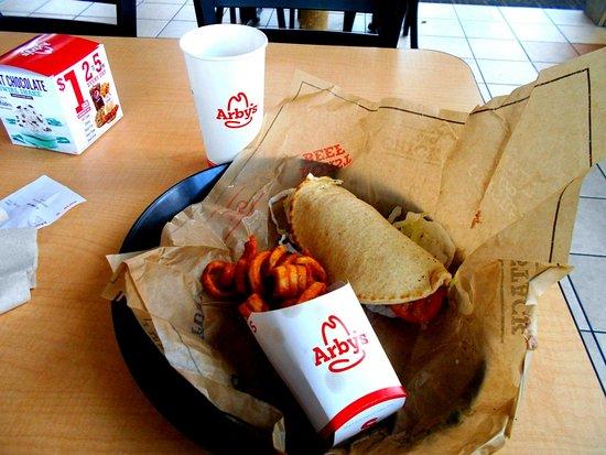 Plainwell, Мичиган: Gyro, curly fries and iced tea