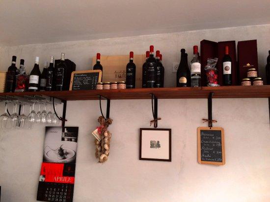 Cluny, ฝรั่งเศส: Vins et produits gourmands