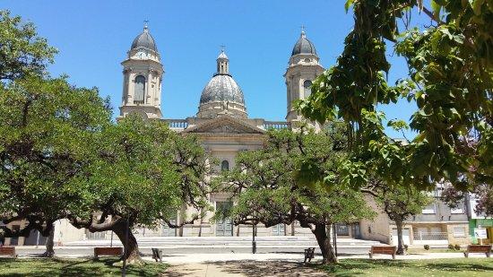 Chivilcoy, الأرجنتين: Vista da catedral sentada na praça central de Chivilcoy