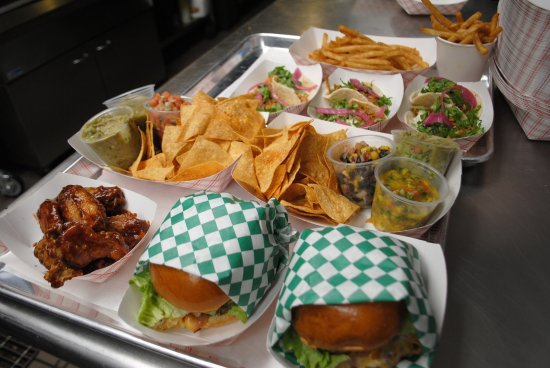 Orland Park, Ιλινόις: Burgers, Wings, Tacos, and Homemade Salsas