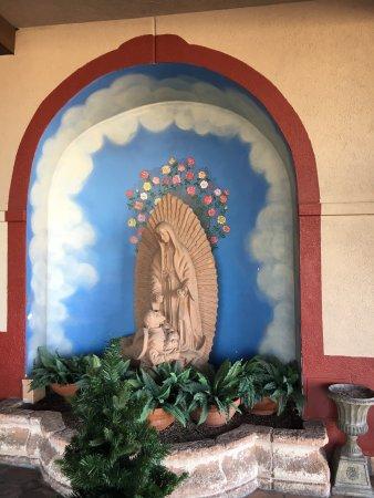 Hotel Encanto de Las Cruces: At entrance to hotel.