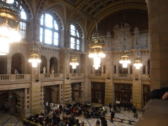 Kelvingrove Art Gallery and Museum: View of the main hall from upper level