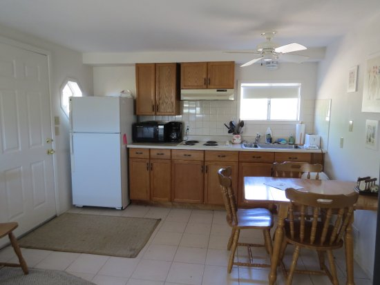 Portal, AZ: The cottage has a full kitchen and dining area with dishes, utensils, condiments, coffee & tea.