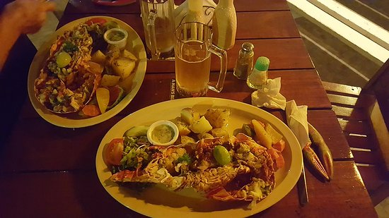 Crab Hill, Antigua: Wife and I both enjoyed the lobster and a cold Presidente!