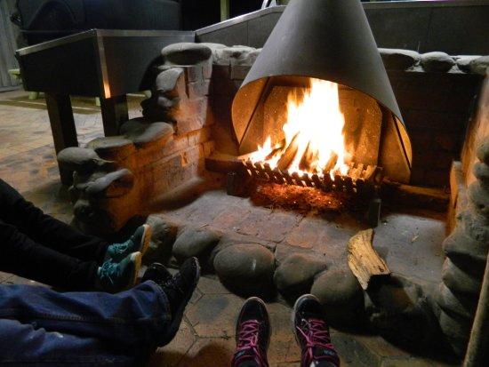 Mallacoota, Australien: Warm your feet by the fire