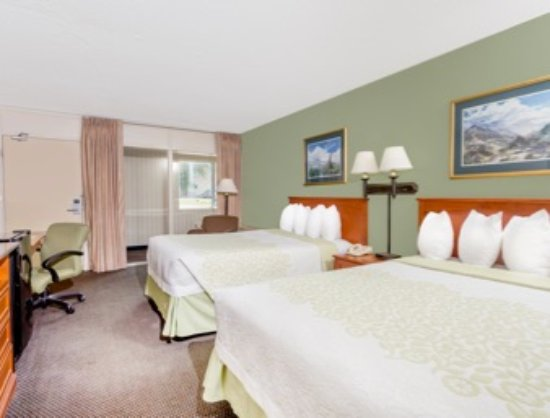 Cedar Falls, IA: Room with two double beds
