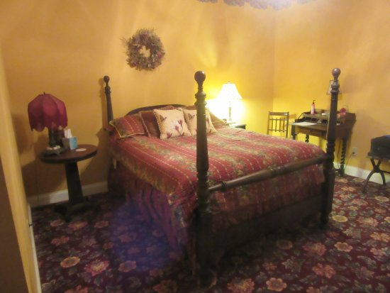 Oxford, OH: WGI Autumn Rose Room Bed & Side Tables