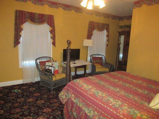 Oxford, Огайо: WGI Autumn Rose Room Chairs & TV