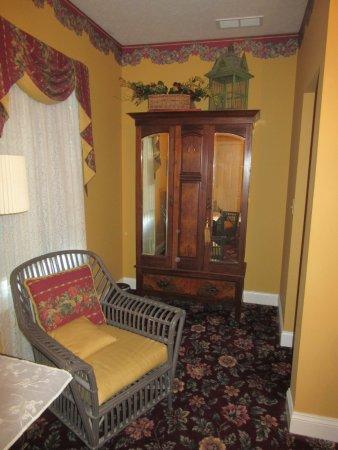 Oxford, Огайо: WGI Autumn Rose Room Chair & Wardrobe