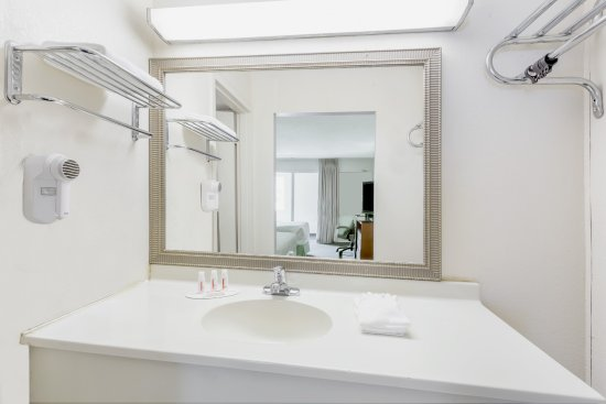 Cedar Falls, IA : Standard bathroom