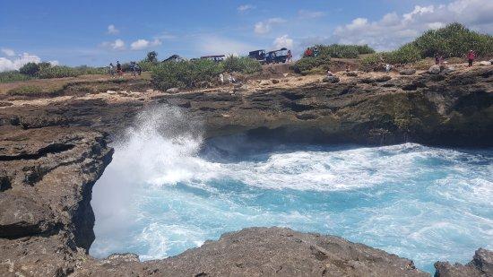 Devil's Tears: Pemandangan hempasan ombak di rongga karang