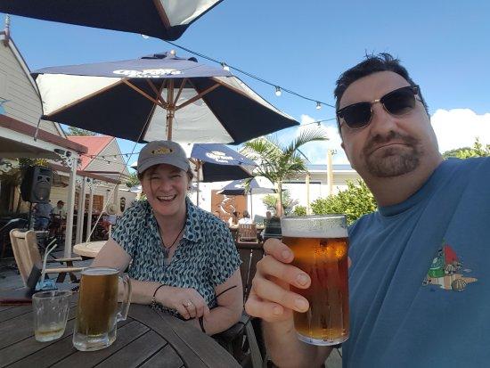 Russell, Nueva Zelanda: Enjoying a cold one
