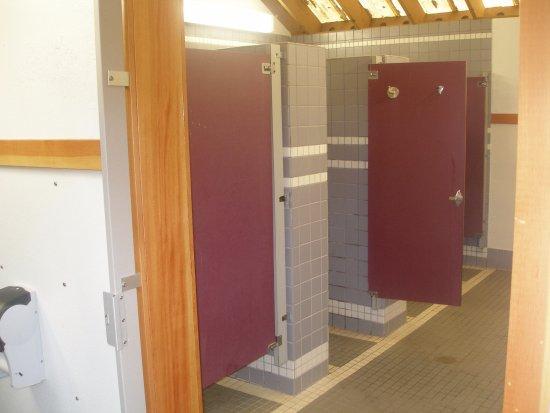 Waldport, Oregón: Showers in women's bathroom.