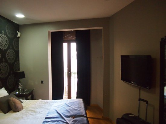 Splendom Suites: Main bedroom with TV.